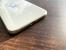 テーブルに置かれた白いiPhone 11のスピーカー周辺