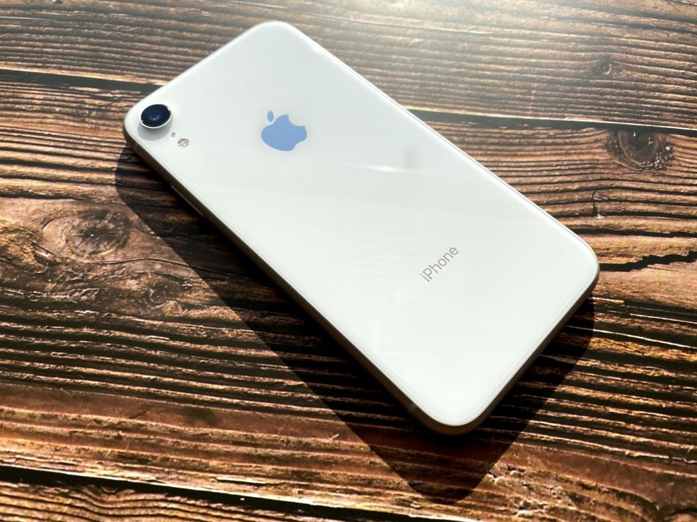 光に当たるiPhone XR